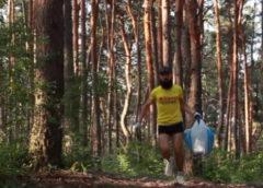 Парень из Харькова каждый раз берет на утренний забег перчатки и пакет, чтобы позаботиться о природе